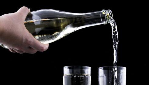 Россияне стали меньше тратить денег на алкоголь и общепит