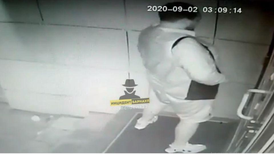 Нетрезвый барнаулец справил нужду под дверью гостиницы