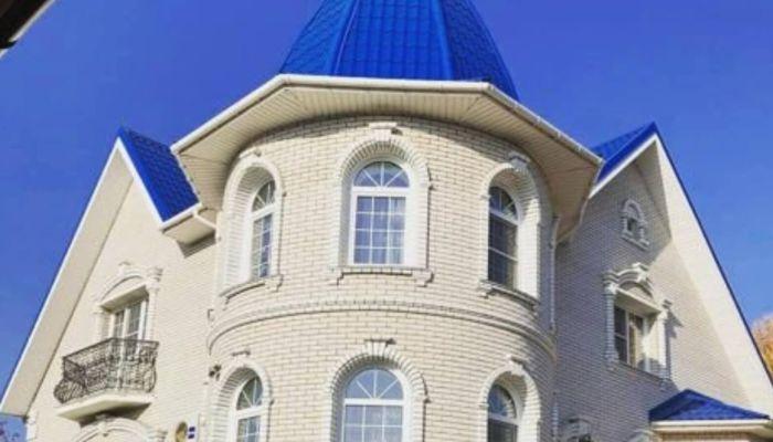 В Барнауле продается коттедж-замок за 30 млн рублей
