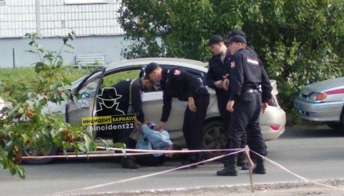 Положили лицом на асфальт: силовики задержали мужчину в Барнауле