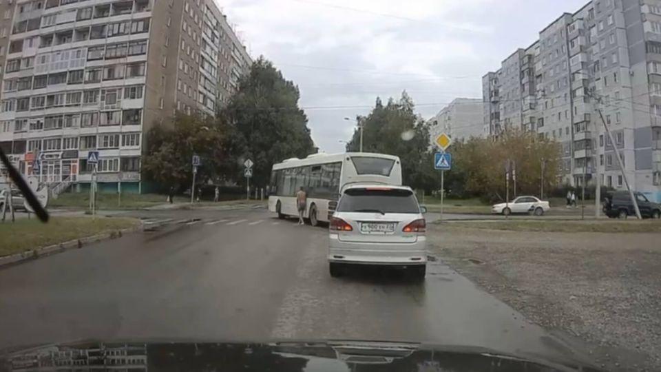 В Барнауле полуголый мужчина приставал к автомобилям на перекрестке