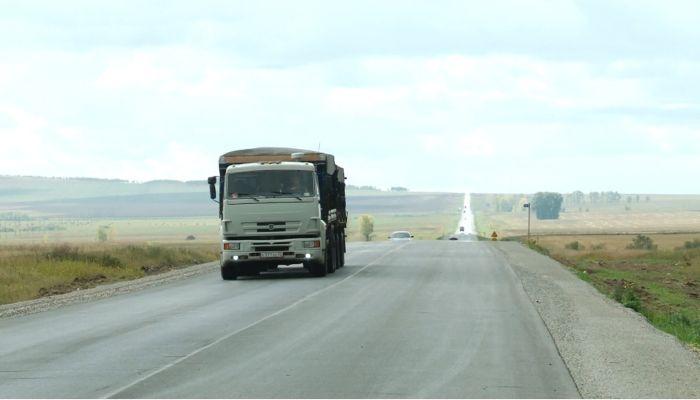 На Алтае дорожники обновили 13 километров трассы до границы с Казахстаном