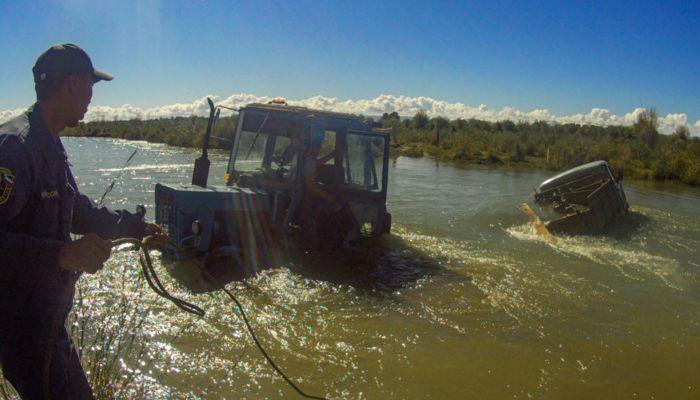 В Республике Алтай течение унесло грузовик с детьми