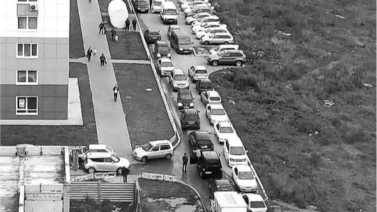 Пробка из автомобилей постоянно собирается в барнаульском дворе