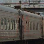 Вагон сошел с рельсов после столкновения поезда с грузовиком в Сибири