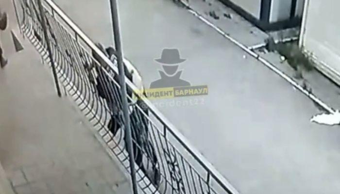 В Новоалтайске посетитель бара избил сотрудника ЧОП