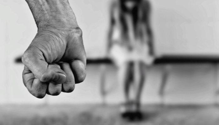 Бил черенком от лопаты: жителя алтайского села обвиняют в истязании детей