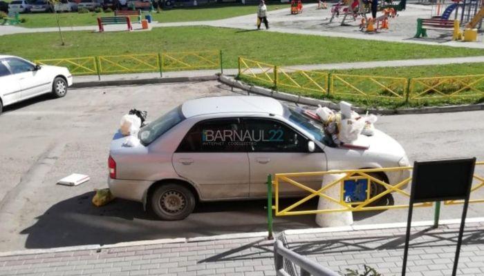 В Барнауле автомобиль закидали мусором за неправильную парковку