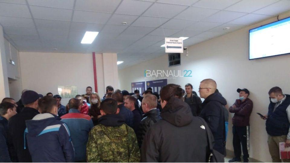 Барнаульцы встали в огромную очередь, чтобы поставить машины на учет