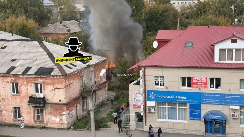 Барнаульцы сообщили о сильном пожаре в районе Потока