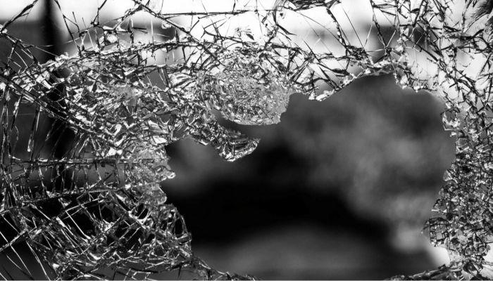 В Барнауле водитель въехал в дерево и сбежал с места аварии