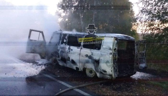 Автомобиль скорой помощи сгорел на алтайской трассе