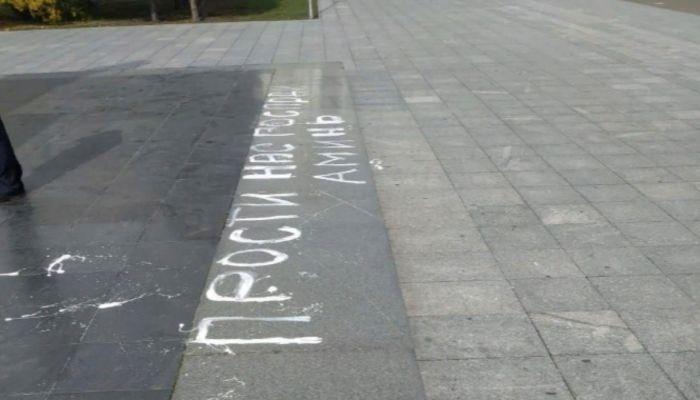 Женщина написала нецензурное слово на памятнике Ленину в Барнауле