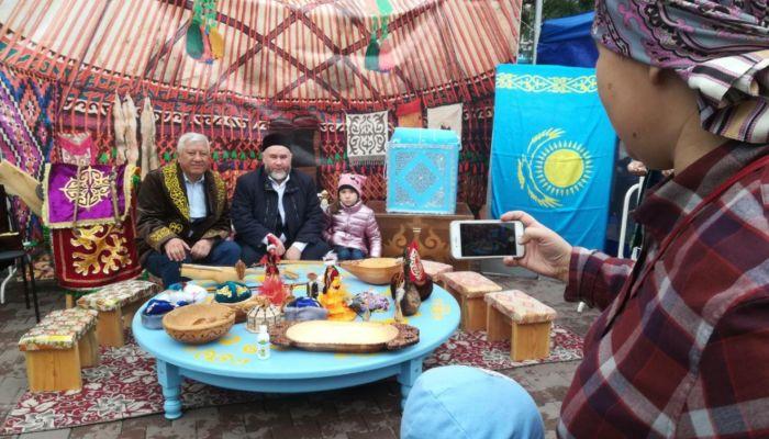Катюша под думбру и сациви: как народности поздравили Барнаул с юбилеем