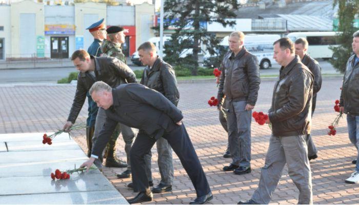 Стрижи возложили цветы к Мемориалу Славы в Барнауле