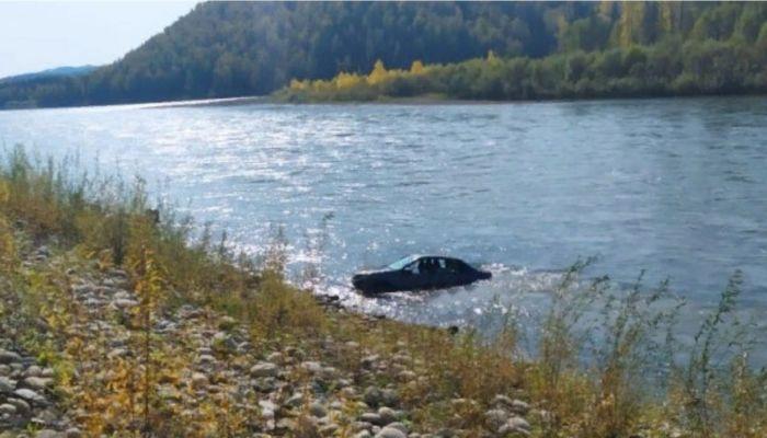 68-летний житель Алтайского края утонул на машине в реке Бии