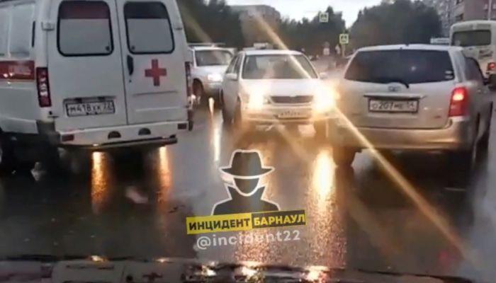 Женщина-пешеход попала под колеса иномарки на улице Попова в Барнауле
