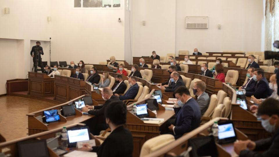 Положительный тест на COVID подтвердился у депутатов алтайского парламента