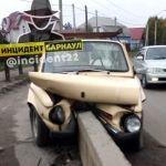 Под Барнаулом Запорожец обнял отбойник на дороге