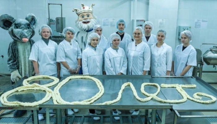 Самую длинную сырную косичку приготовили в Алтайском крае