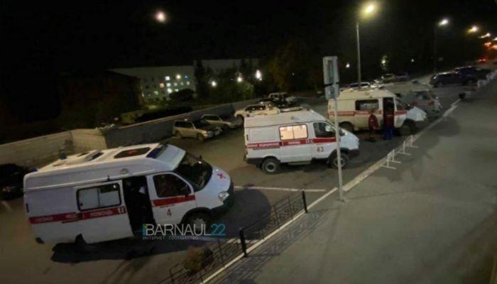 Очередь из машин скорой помощи выстраивается по ночам у Диагностического центра
