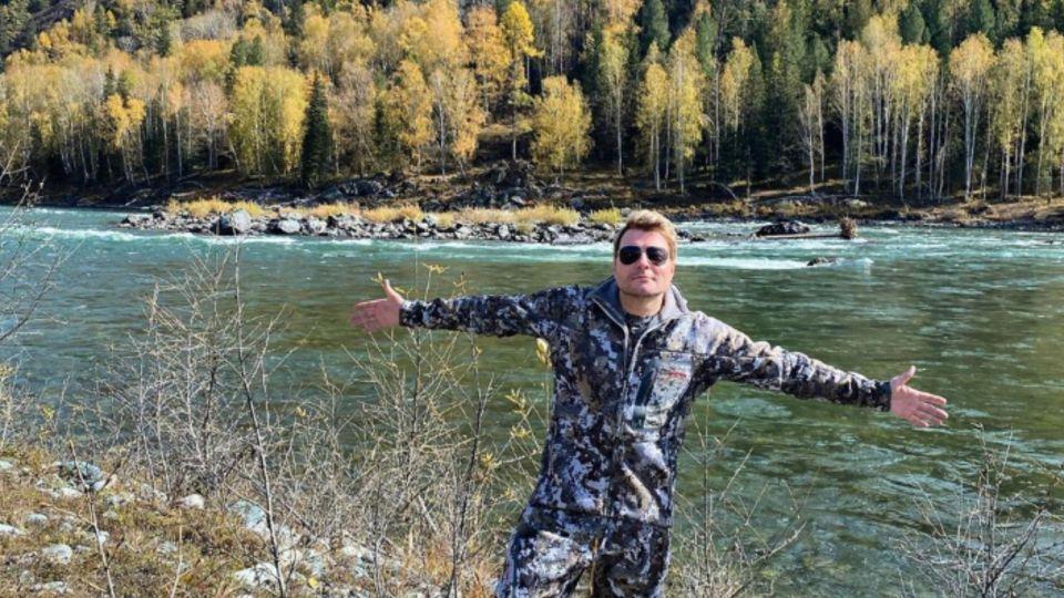 Вертолет и официанты: Николай Басков отдыхает в Республике Алтай