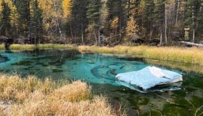 Разоблачили: кто и зачем бросил в Гейзерное озеро на Алтае матрас с постелью