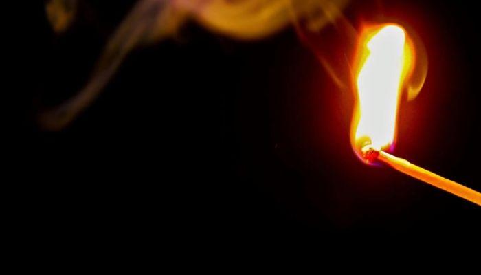 Внедорожник сгорел во дворе жилого дома в Барнауле