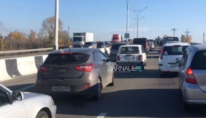 В соцсетях сообщают о гигантской пробке на трассе из Барнаула в сторону Бийска
