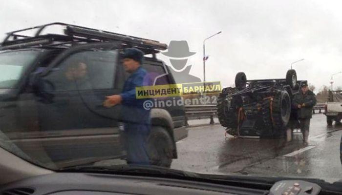 Прицеп с квадроциклом перевернулся на Новом мосту в Барнауле