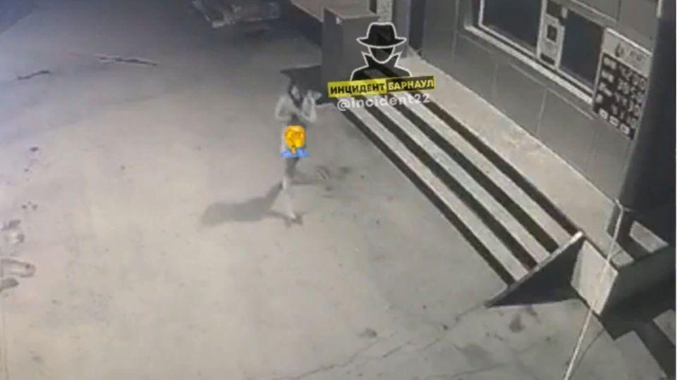 Мужчина голышом выпрыгнул со второго этажа гостиницы в Барнауле