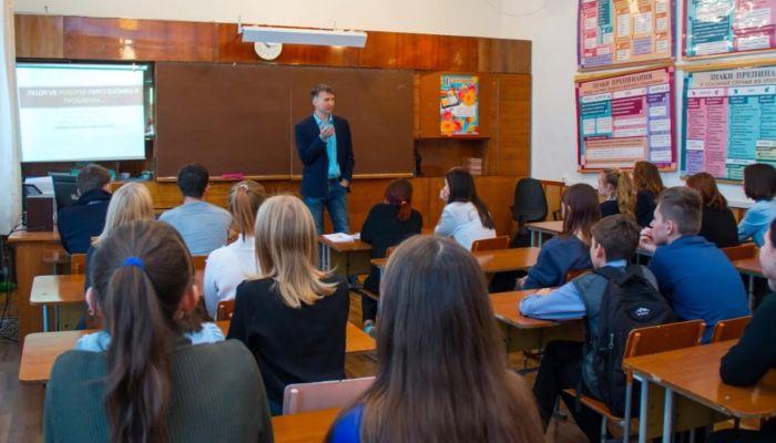Томенко и Франк поздравили алтайских педагогов с Днем учителя