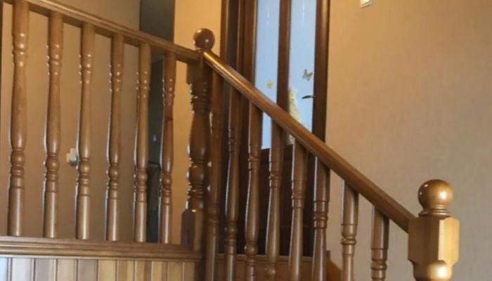 Необычную двухъярусную квартиру с деревянной лестницей продают в Барнауле