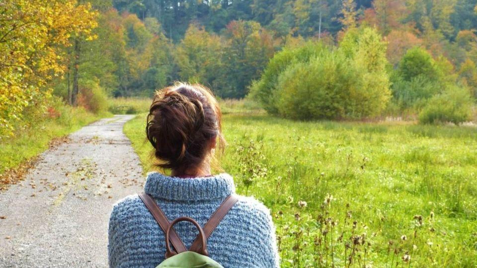 Осень. Девушка. Дорога. Лес