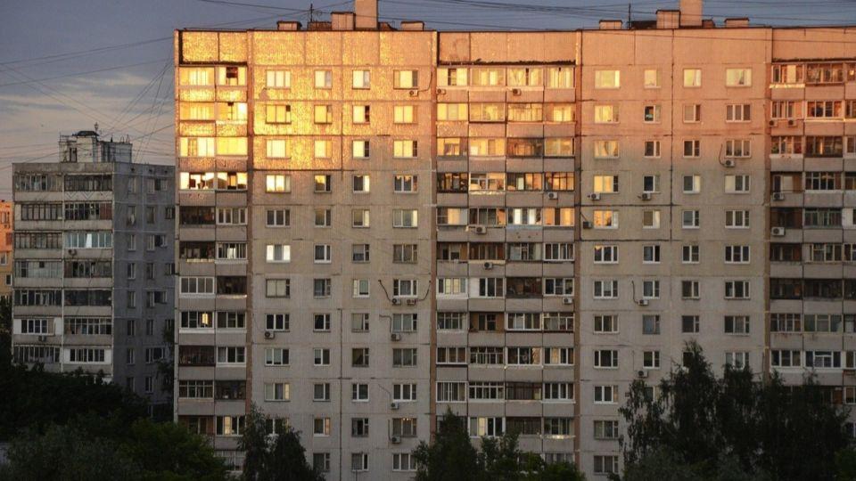 Эксперты рассказали, почему нельзя выкладывать в соцсети фото из окна квартиры