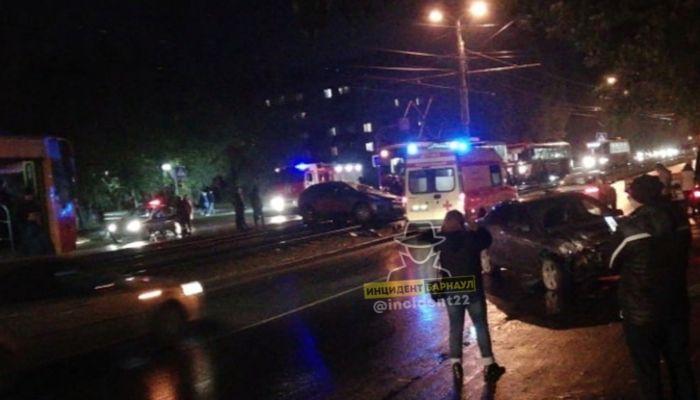 Наручники для водителя: две машины перелетели через рельсы в Барнауле