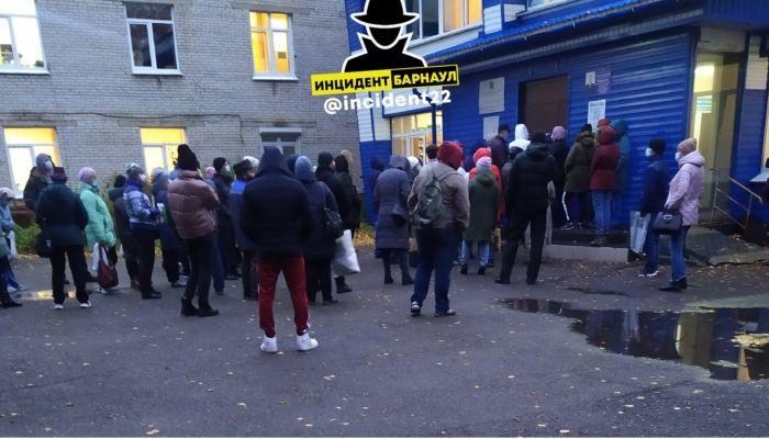 Это просто безумие: барнаульцы берут штурмом поликлиники города