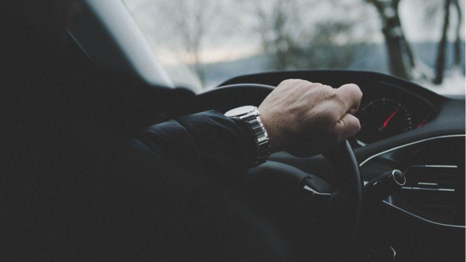 В Барнауле задержали пьяного водителя, который врезался в ограждение и авто