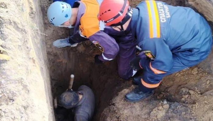 Двух работников спасли из-под завалов грунта в Барнауле