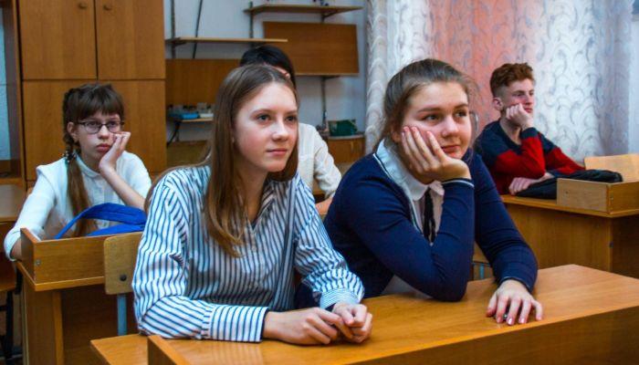 Около 500 студентов старших курсов замещают учителей в алтайских школах