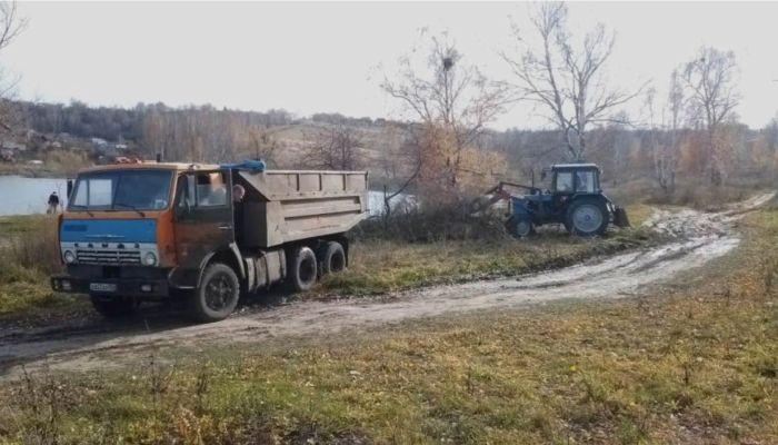 Общественники вывезли два КамАЗа с мусором с озера под Барнаулом
