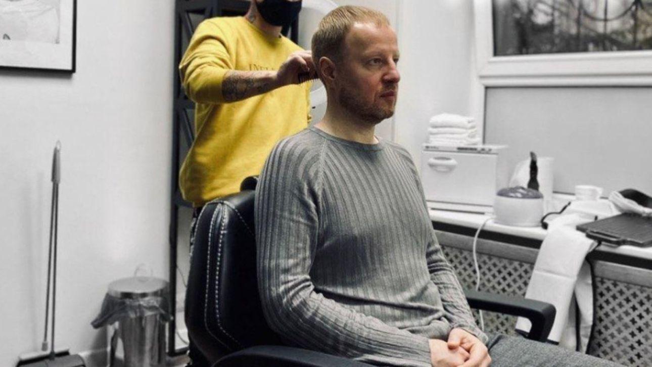 Губернатор Томенко подстригся в модном барбершопе, но бороду оставил