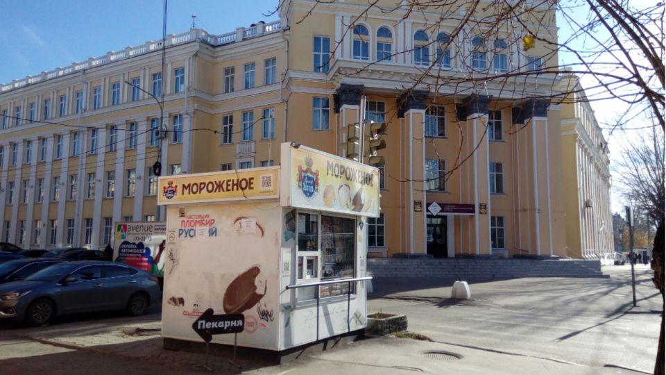 """Продавца мороженого в центре Барнаула """"закоптили"""" курящие студенты"""