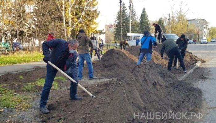 Выздоровевший от ковида бийский мэр отправился копать газон