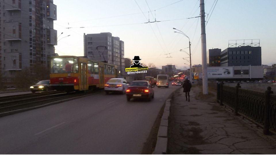 В Барнауле встали трамваи из-за отказа пассажирки надеть маску