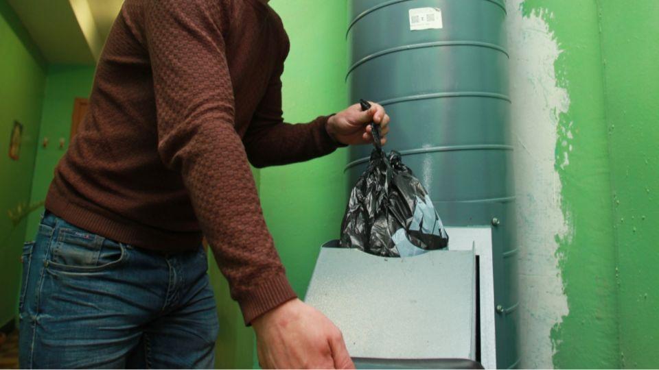 Спасатели в Новосибирске достали человека из мусоропровода