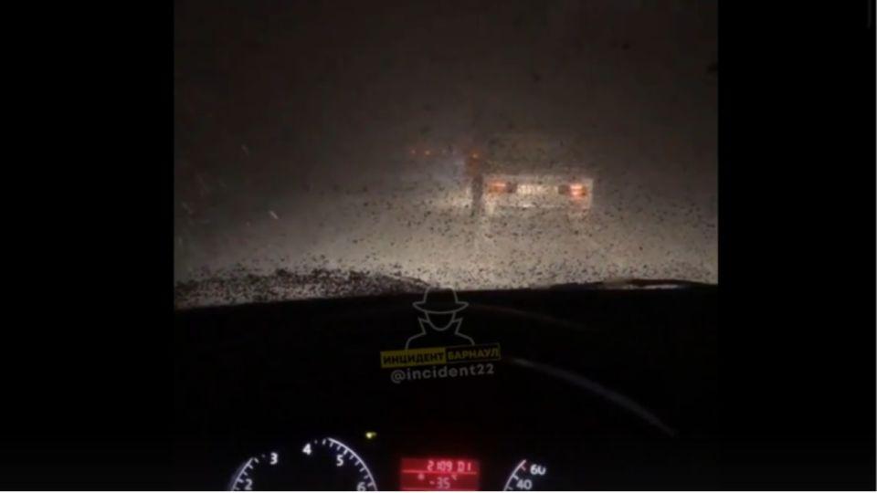 Автомобили попали в сильную метель на трассе Барнаул - Новосибирск