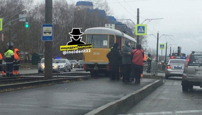 Очевидцы: в Барнауле под колесами трамвая погиб пешеход