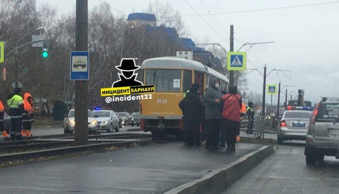 Под колесами трамвая в Барнауле погибла пожилая женщина