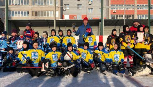 Вне игры: житель Барнаула терроризирует хоккейную секцию во дворе многоэтажки